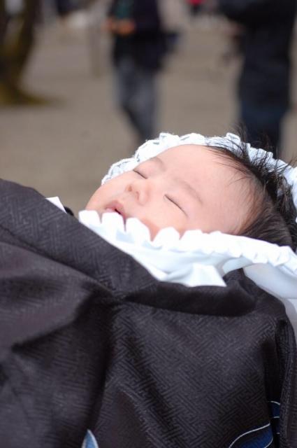 もうすぐ生後1か月のお宮参り!赤ちゃんと両親の服装の選び方