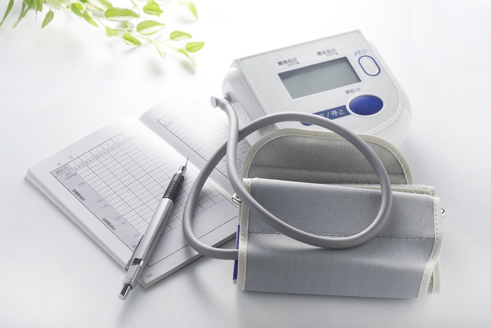 【胸がドキドキ】高血圧で動悸の症状が起こる理由と血圧の下げ方
