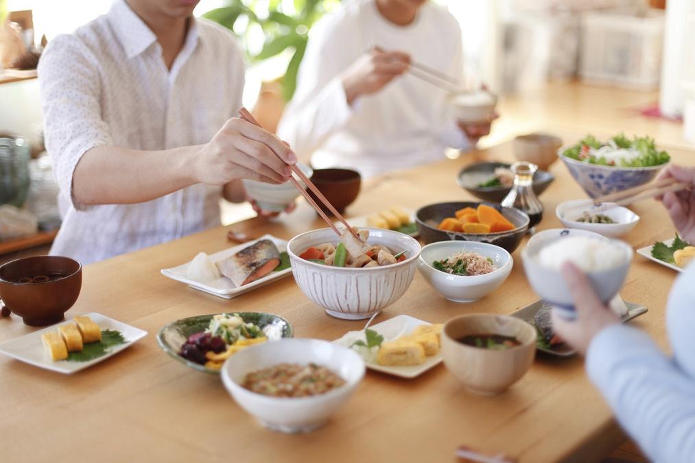 突如襲う「食あたり」の症状!自宅でできる正しい対処法2つ