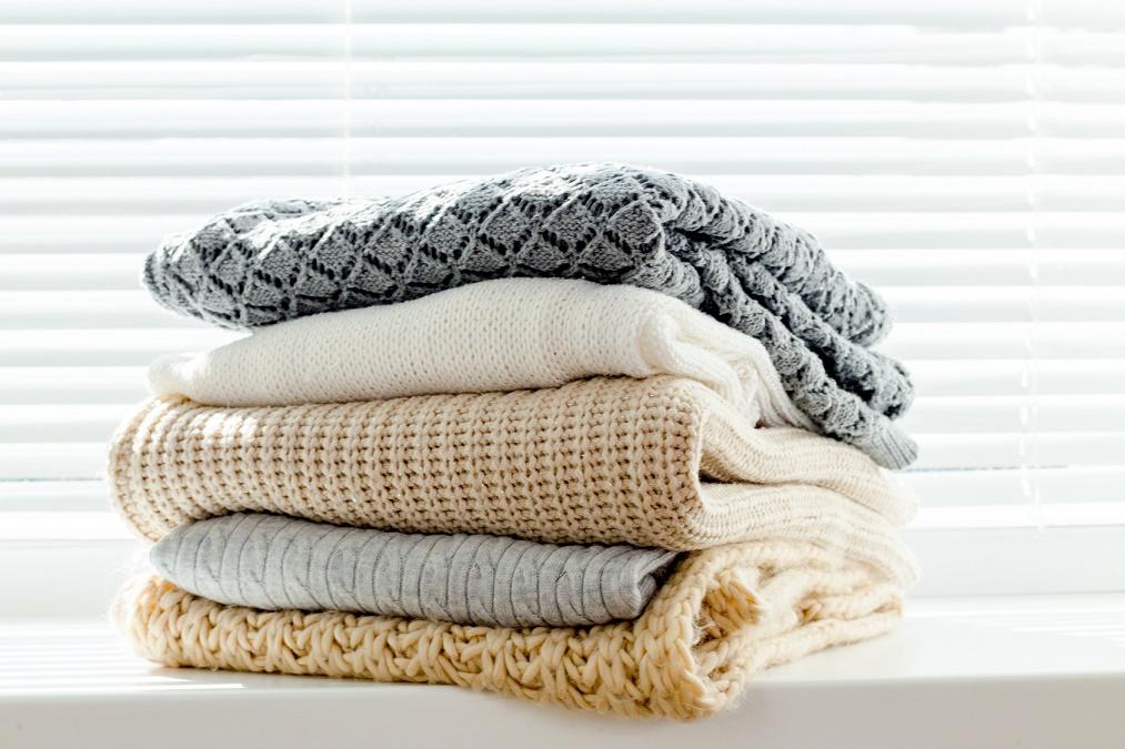 【形状を保って長く着る】型崩れを防ぐセーターの干し方6つ