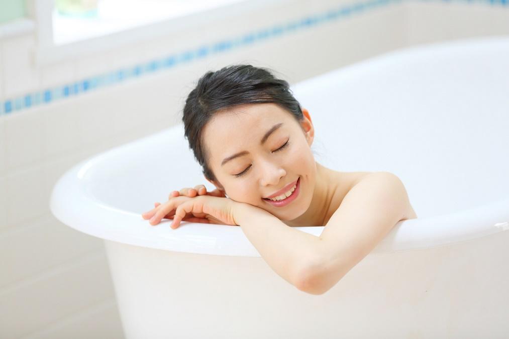 お風呂に入って顔のむくみを即効で解消する方法