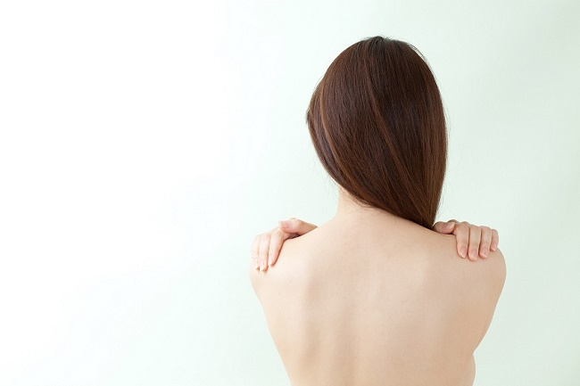背中ニキビの原因と治す方法